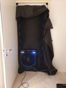 Ventilator mit eingespannter Plane in Eingangstür